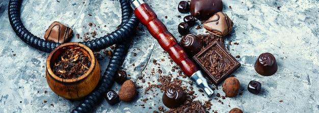 Oosterse rokende waterpijp met een smaak van chocolade. chocolade-tabaksmaak. zomerfeest