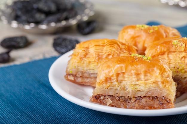 Oosterse snoepjes, baklava, sorbet op blauw