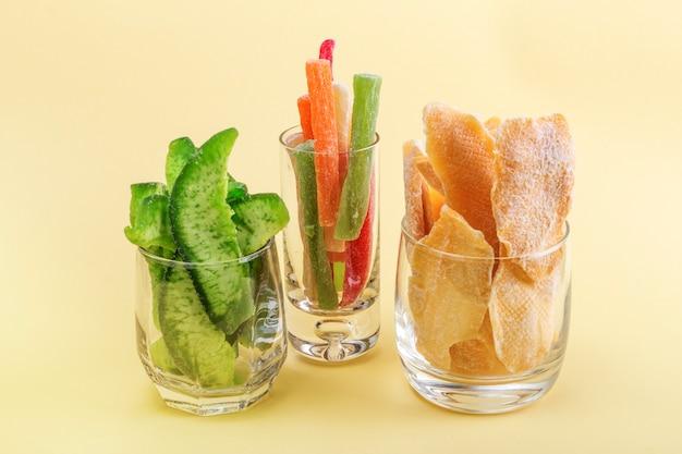 Oosterse snoepjes gekonfijte ananas met mango en pomelo in glazen.