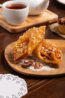 Oosterse snoepjes met honing, noten en kopje thee