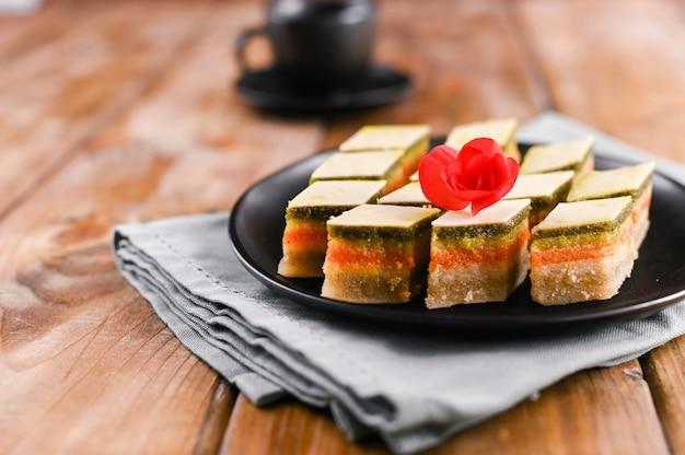 Oosterse snoepjes met verschillende smaken op een houten achtergrond. traditioneel dessert en koffie. lekkere nationale zoetigheden. kopieer ruimte.