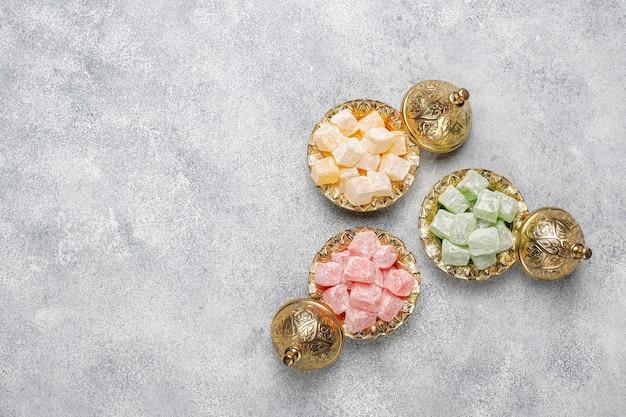 Oosterse snoepjes. turks fruit, lokum met noten, bovenaanzicht.