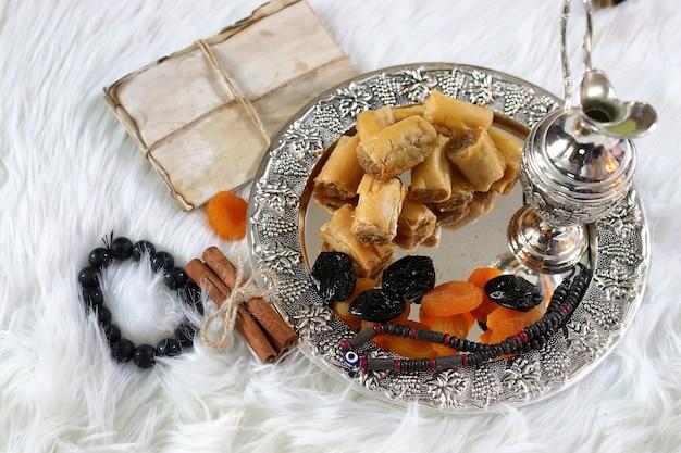 Oosterse snoeptafel op een presenteerblaadje baklava en tamarindesnack op de werkvloer
