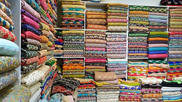 Oosterse veelkleurige kleding gestapeld in de winkel
