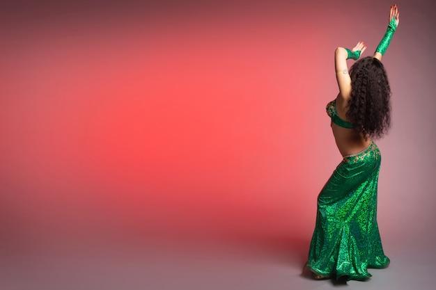 Oosterse vrouwenbuikdanser in een mooi groen kostuum