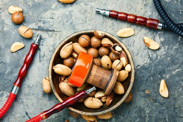 Oosterse waterpijp met noten.