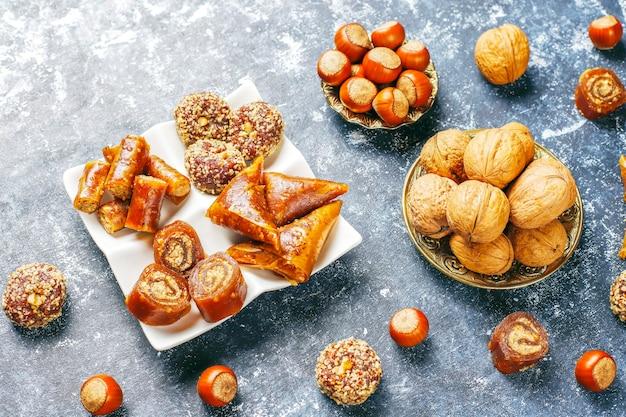 Oosterse zoetigheden, diverse traditionele turkse lekkernijen met noten.