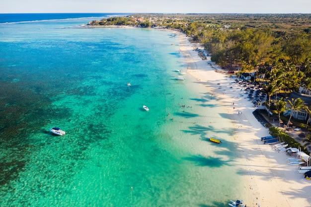Oostkust van het eiland mauritius. vliegen over de turquoise lagune van mauritius in het belle mare-gebied.