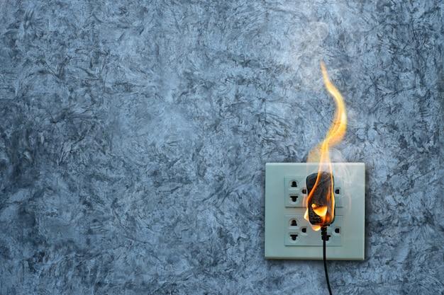 Op brand oplader adapter op de betonnen muur blootgestelde betonnen muur met ruimte