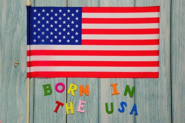 Op de amerikaanse vlag is de tekst born in the usa bekleed met veelkleurige letters