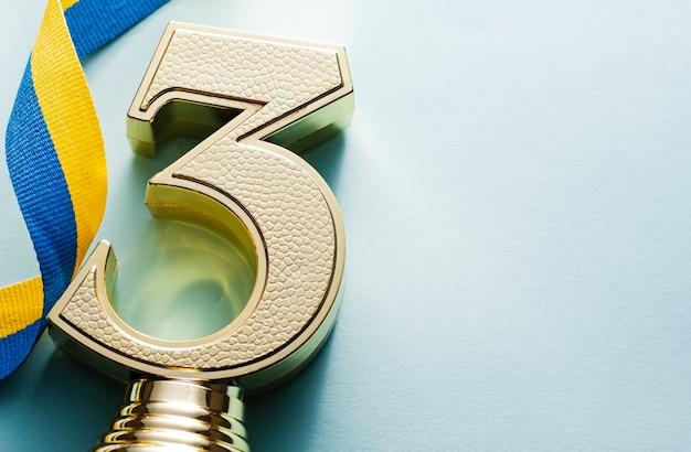 Op de derde plaats geplaatste gouden trofee met textuur