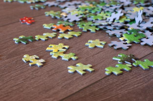 Op de houten vloer ligt een puzzel met kleurrijke details