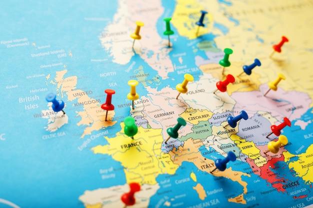 Op de kaart van europa geven de gekleurde knoppen de locatie en coördinaten van de bestemming aan