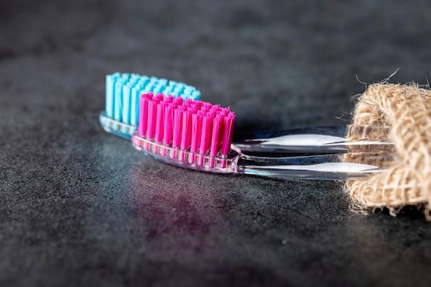Op de marmeren tafel staan twee tandenborstels.