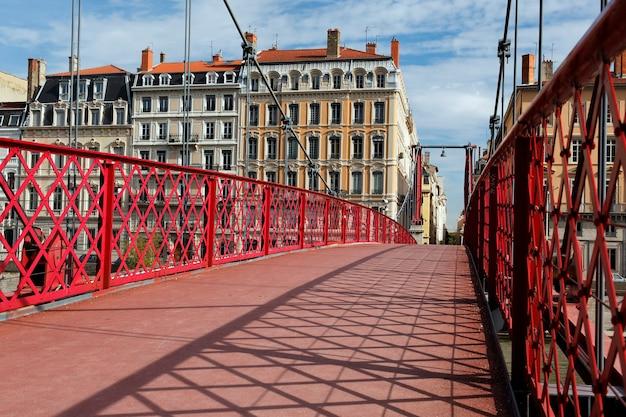 Op de rode voetgangersbrug van lyon