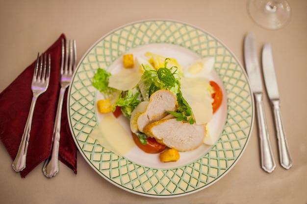 Op de tafel caesar salade met bestek