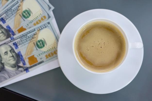 Op de tafel contract geld kopje koffie, bovenaanzicht.