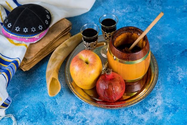 Op de tafel in de synagoge staan de symbolen van rosh hashanah-appel en granaatappel