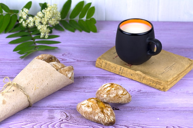 Op de tafel, lentebloemen, een mok melk en zelfgemaakte koekjes.