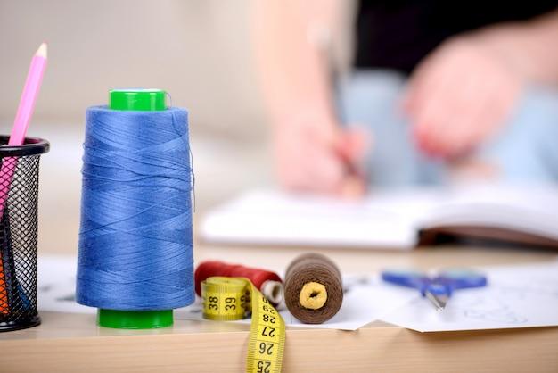 Op de tafel liggen dingen voor designer thread.