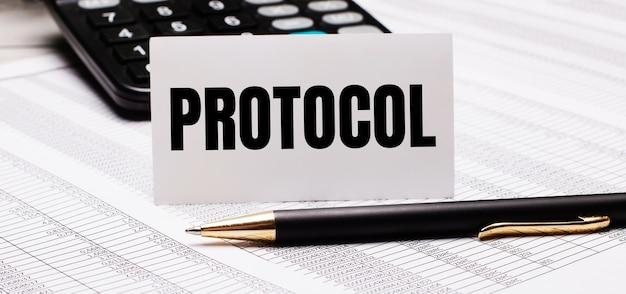 Op de tafel liggen rapporten, een pen, een rekenmachine en een witte kaart met de tekst protocol. onscherp