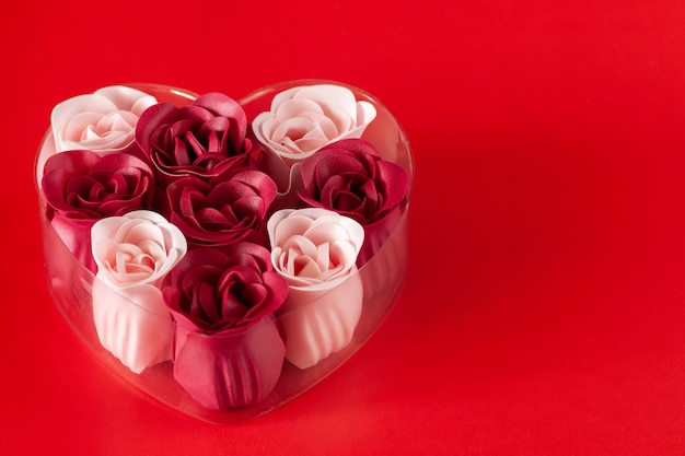 Op de tafel staat een geschenkset zeep. valentijnsdag