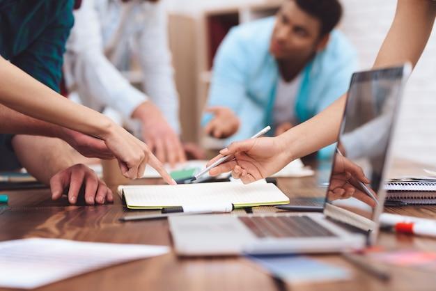 Op de tafel voor een groep jongeren staat een laptop