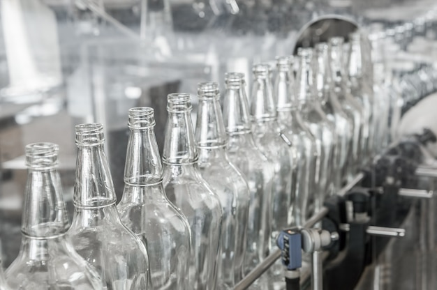 Op de transportband glazen flessen. fabriekswinkel voor de productie van glazen flessen en dranken