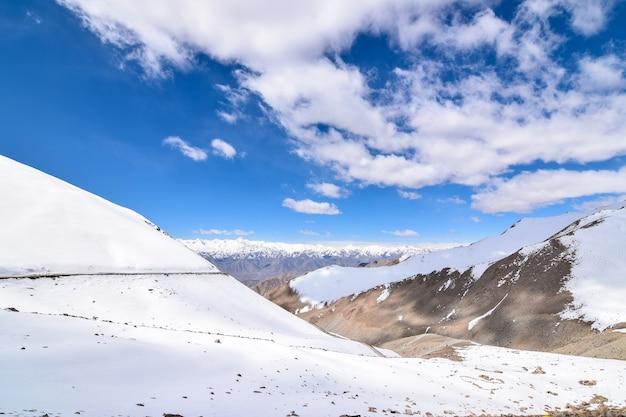 Op de weg in leh ladakh-landschap. khardung la-pas. weg op sneeuwberg in noordelijke binnen