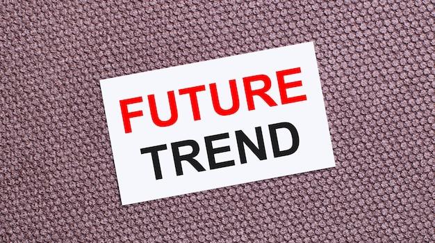 Op een bruine ondergrond een witte rechthoekige kaart met de tekst future trend