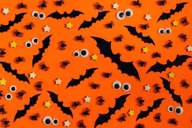 Op een fel oranje oppervlak zijn bekleed met veel decoratieve vleermuizen, sterretjes en marionettenogen.