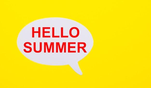 Op een felgele achtergrond, wit papier met de woorden hello summer