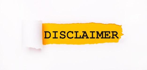 Op een felgele achtergrond, wit papier met een gescheurde streep en het opschrift disclaimer.