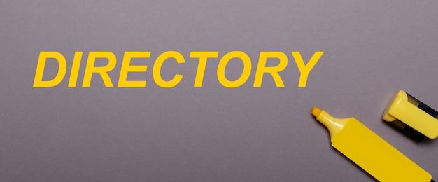 Op een grijze achtergrond, gele markering en gele inscriptie directory