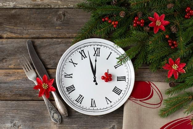 Op een houten tafel een plaat met een afbeelding van een klok