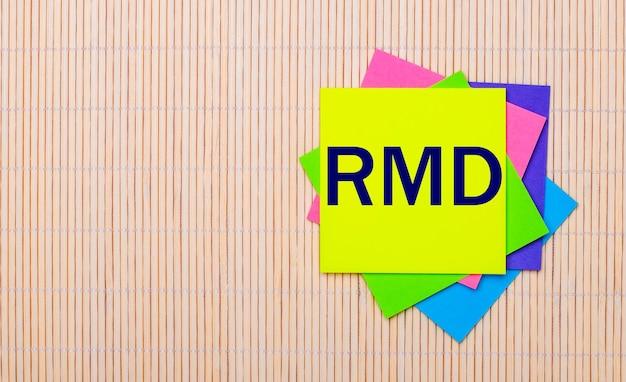 Op een licht houten oppervlak, felgekleurde stickers met de tekst rmd required minimum distributions