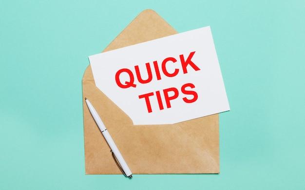 Op een lichtblauwe achtergrond ligt een open ambachtelijke envelop, een witte pen en een wit vel papier met de tekst quick tips