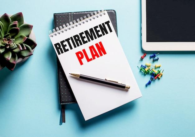 Op een lichtblauwe ondergrond staat een potplant, een tablet en een weekblad met de tekst pensioenplan