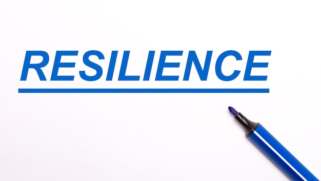 Op een lichte ondergrond een open blauwe viltstift en de tekst resilience.