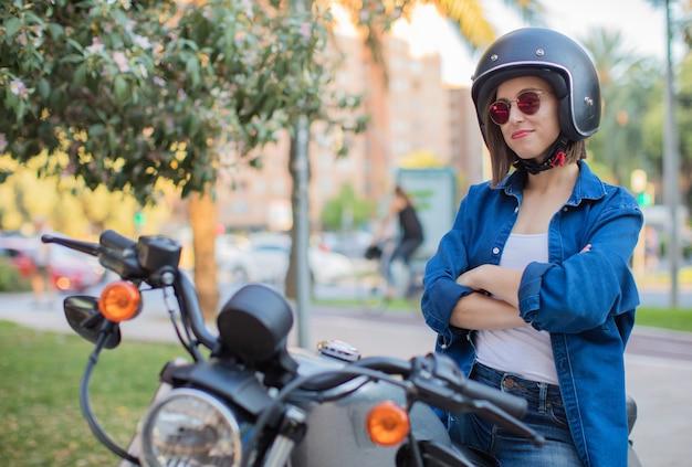 Op een motorfiets lachend