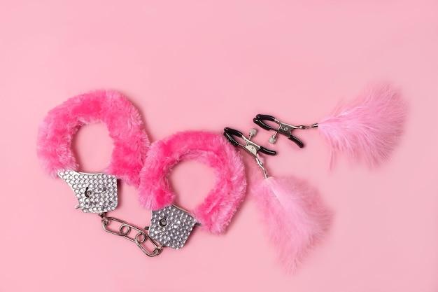 Op een roze achtergrond seksproduct, speelgoed voor volwassenen