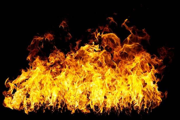 Op een zwart oppervlak branden hete vlammen