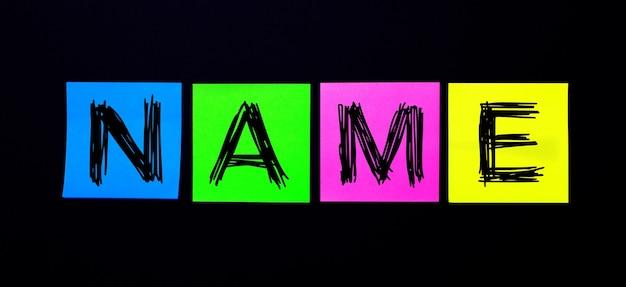 Op een zwarte ondergrond, felgekleurde stickers met het woord name