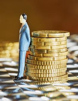 Op elkaar gestapelde munten met een menselijke figuur