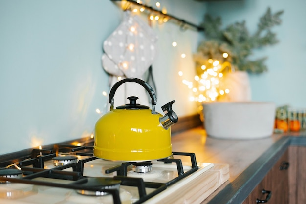 Op het fornuis in de keuken staat een gele theepot