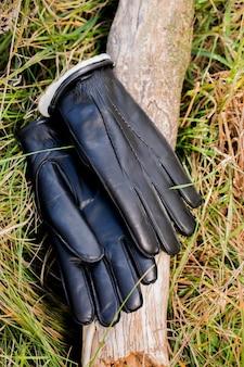 Op het gras liggen warme leren herenhandschoenen