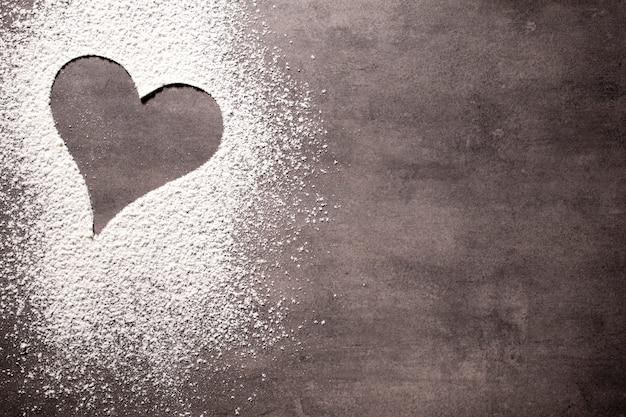 Op het grijze oppervlak van de hartvorm.