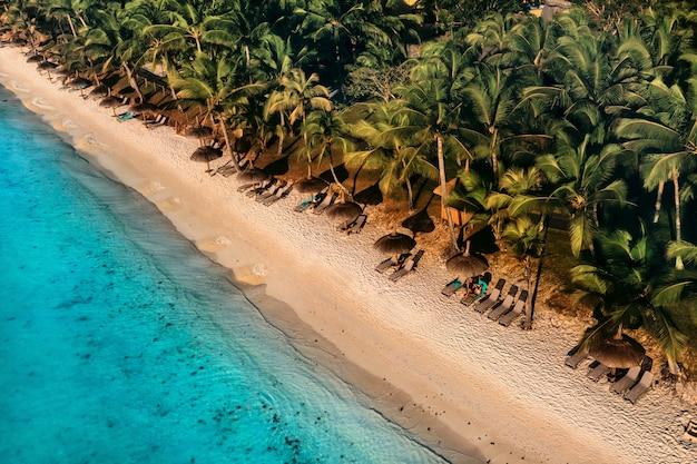 Op het prachtige strand van het eiland mauritius langs de kust. opname vanuit vogelperspectief van het eiland mauritius.