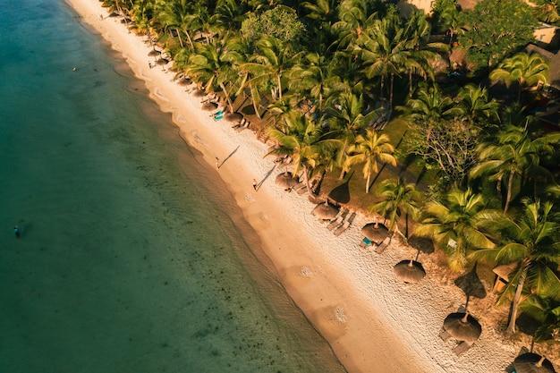 Op het prachtige strand van het eiland mauritius langs de kust.