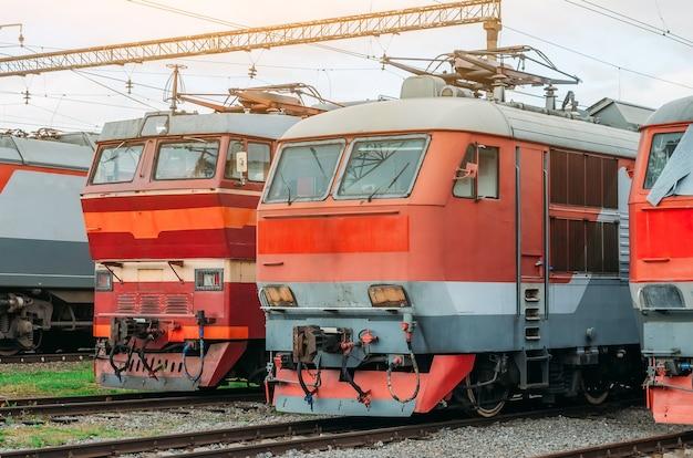 Op het spoor staan elektrische locomotieven opgesteld